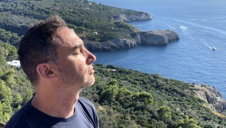 Pablo tomando sol en paisaje de lago
